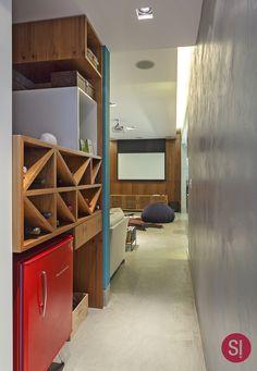 Apartamento CM   S!   Cores!    @hqueiroga #simplesarquitetura #cimentoqueimado #arquitetura #architecture #interiordesign  #arquiteturadeinteriores #adegas #hallintimo #circulacao