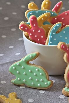 Easter Cookies - Afraid I don't have the patience to make cookies so perfect looking! #easter #cut out cookies
