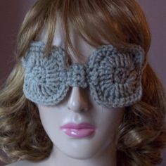 Free crochet pattern for an eye mask. This is a great beginner crochet pattern as the stitches are very simple.