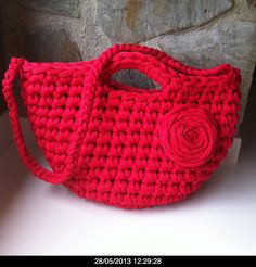 Bolso rojo de trapillo Bag Crochet, Crochet Handbags, Crochet Purses, Love Crochet, Coin Purse Tutorial, Yarn Bag, Denim Bag, T Shirt Yarn, Knitted Bags