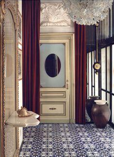 | Casa Mollino | Una casa museo a Torino. Pavimento in maiolica, tende bordeaux, specchi. e lampadario in cristallo.