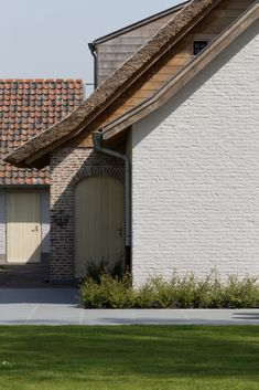 Elbeko | Realisaties | Villabouw op maat Brick In The Wall, Belgian Style, Villa, Amazing Buildings, House Roof, Types Of Houses, Cozy House, Home Deco, My Dream Home