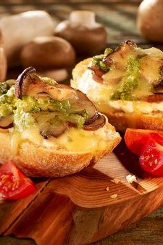 Baguette-Brötchen mit Hüttenkäse, Pesto und Pilzen überbacken