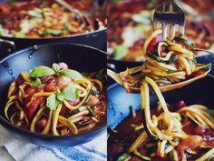 Zucchinipasta med tomatsås och blandade bönor