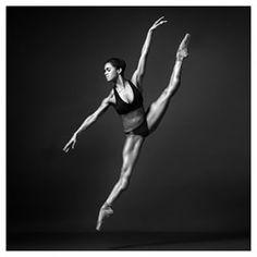 Lorsqu'elle nous a éblouis dans cette photo en noir et blanc, dévoilant toute la beauté et la force qui la définissent. | 17 fois où Misty Copeland a sublimé le monde de la danse classique