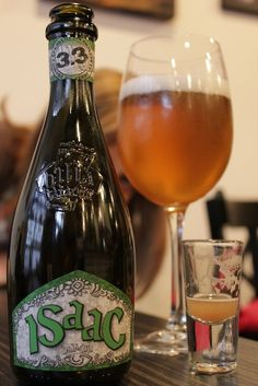 Name: Issac Brewery: Baladin, Piozzo, Italy ABV: 5% Style: Witbier - Engaging interpretation of a classic wit. Orange, coriander and dry wheat are all there along with tell-tale sweet, fruity Belgian yeast esters. Crisp throughout, with grass, hay, tasty light toasted malt and a dry finish. Hey, what's not to like? Better than quite a few Belgian-made wits. [8] #birraartigianale #italiancraftbeer