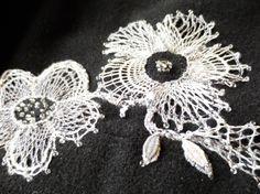 完成。パリチコヴァーニークライカを長く編んで、ビーズといっしょにスカートの裾に縫いつけました。8ペアの糸を、編み方や、糸の順番を変えて、同じパターンの花がない様に、色々な色がある様に編んでみました。写真をクリックすると個人ブログで詳細が見られます。