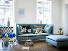 落ち着いたブルーのソファーをメインに白、ブルー、黒でバランスのいいお部屋。 リラックスできる部屋です。