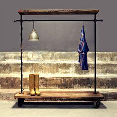 arara de roupa em cano de metal e madeira