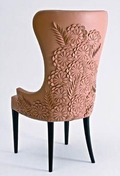 """Ein Stuhl für Arya Stark, mit ausgeschnittenen lederne Blumen in den Rücken aus, wenn sie einfach nur langweilig und spielt mit ihm Schwert gemacht.  Nur weil sie nicht gut war Stickereien, bedeutet nicht, sie ist nicht kreativ!  """"Sansa halten können ihren Nähnadeln ... Ich habe eine Nadel meines eigenen"""""""