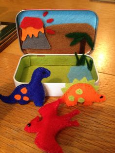 Tiny felt dinosaurs in Altoid tin