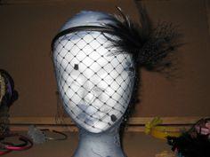 Diadema tocado con velo que rodea toda la cara (se llama velo tapa feas ) confeccionado con plumas y todo en un solo color