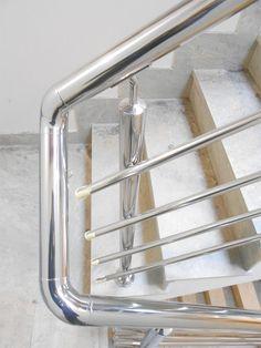 barandillas de acero inoxidable pulidas a espejo para escaleras interiores en edificio barandillas