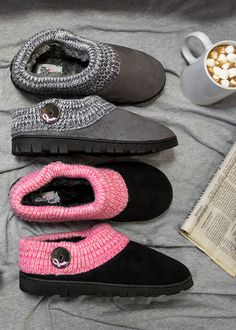 Feel the warmth radiate from your heart to your feet! Your fight for the cause doesn't take a break, but your feet can in these clog-style slippers featuring a cable knit upper with pink ribbon displayed on the hand-painted button.