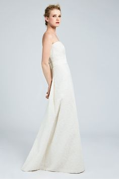 CIRCEA, Minimalist corset dress adorned with milk-coloured lamé jacquard fabric, defined by a fine floral wreath motif. Straight neckline and slightly flared skirt. Finished with a gros-grain belt at the waist. #MaxMaraBridal #weddingdress #abitodasposa