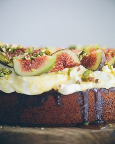 Honey Cake with Mascarpone, Figs and Pistachios // cake crumbs & beach sand Fig Recipes, Baking Recipes, Dessert Drinks, Dessert Recipes, Just Desserts, Delicious Desserts, Decadent Chocolate Cake, Pistachio Cake, Honey Cake