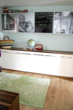 Carmen, von Ein Schweizer Garten hat sich eine schöne und auch leistungsfähige Garderobe in ihrem Haus eingerichtet:  Die Unterschränke sind aus dem Ikea-Küchenprogramm. Jedes Kind hat seinen eigenen Schuhschrank, die Eltern je einen Doppelschrank. In den nur 20cm tiefen Wandschränken (BESTA/Ikea)