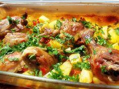 Fokhagymás, petrezselymes burgonya fincsi csirkecombokkal – laktató finomság a sütőből