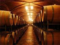 """17 - En este añejamiento, ya se utilizan barriles de madera de encinas; el cognac de hasta tres años se vende en el mercado con la denominación de """"Cognac"""" o """"Cognac Authentique"""" o """"Dreistern:""""."""