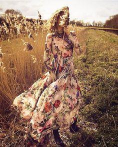 @emstempest model @sophiaahrens #vogue #voguespain #fields #sunlight #rayoflight #floral #vintage #grassland #naturallight #alone #thefashionphotograph #photography #photographer @marinagallo_m stylist @sandracooke @biancatuovi