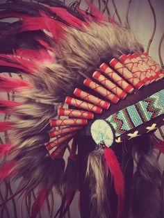 Coiffe de plumes rouge et noir / Warbonnet par THEWORLDOFFEATHERS