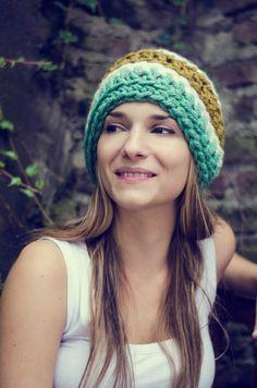 Gorros de Lana - Jozy Tejidos PH: facebook.com/surmestizo Crochet Art, Slouchy Beanie, Winter Accessories, Crochet Clothes, Headbands, Winter Hats, Knitting, Chic, Fabric