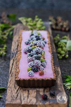 Heute im Angebot: Leichte und gesunde Brombeermousse-Tarte (ganz ohne Sahne). So sensationell lecker und zudem auch noch wunderschön!