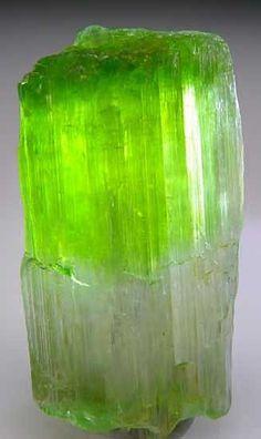 Tremolite 9.DE.10  (Amphibolgruppe) 9: Silicate (Germanate)  D: Inosilicate  E: Inosilicate mit 2-periodische Doppelketten, Si 4 O 11 ; Clinoamphiboles