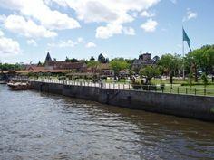 Río Tigre  El río Tigre es uno de los principales brazos de la desembocadura del río Reconquista. En sus orillas se ubican importantes centros de recreación, clubes de remo y el embarcadero de lanchas colectivas y catamaranes turísticos que llevan pasajeros al Delta del Paraná,