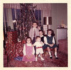 My family used to do the `everyone at the top of the stairs` for the Christmas morning video, too. Ghost Of Christmas Past, Merry Christmas To You, Old Christmas, Retro Christmas, Christmas Morning, Family Christmas, All Things Christmas, Christmas Trees, Christmas Decorations