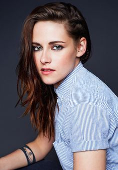 Kristen Stewart está linda em uma versão colorida de um portrait dela feito durante o Sundance Film Festival, em janeiro. A gente confere a imagem agora: