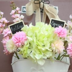 Love this spring door arrangement  -- so fresh and bright!  @Looksi Square  #making home base