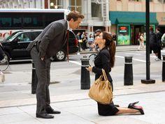 Images:Sandra Bullock - Ryan Reynolds - Kneeling - Flirting - The Proposal movie. Ryan Reynolds, Sandra Bullock, Sundance Kid, Ali Macgraw, The Proposal Movie, Proposal Ideas, Best Movie Couples, La Proposition, Ex Amor