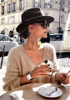 The earrings, the hat, the shirt, the coffee - Outfit - Winter Mode Fashion Moda, Look Fashion, Street Fashion, Winter Fashion, Womens Fashion, City Fashion, Classy Fashion, Fashion Details, Timeless Fashion