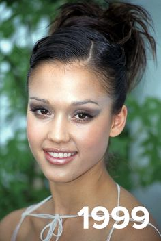 Jessica Alba is no stranger to changing up her hair. From beach waves to long layers to bangs to bobs and even lobs, the actress seems to have tried it at all. Take a look at some of her most iconic hairstyles over the years for some hair inspiration. Jessica Alba Makeup, Jessica Alba Hair, Jessica Alba Style, Jennifer Love Hewitt, Jennifer Aniston, Celebrity Style Inspiration, Hair Inspiration, Selena Gomez Photos, Sleek Ponytail