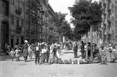 """Agosto de 1925 acabou num calor tremendo. A foto, publicada no Diário de Notícias de 1 de setembro, tem por legenda: """"A bicha dos sedentos num chafariz improvisado da rua Morais Soares"""". Local: Rua Morais Soares Fotógrafo desconhecido."""