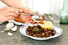 Auberginen hör till de allra godaste grönsakerna att grilla. Här hackar vi ner den grillade auberginen till en kräm som är god både som pålägg och som tillbehör till annan mat.