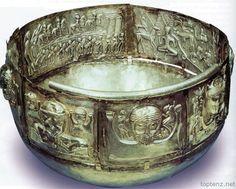Caldero.Celta.Se construye a partir de las placas individuales de plata unidos entre sí, cada uno con un tema  100 a.c Criaturas reales y místicas del bosque. Deidades zoomórficas.