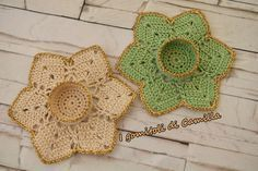 Realizziamo insieme questo bel portacandelenatalizio a uncinetto. Clicca sulla foto per le spiegazioni passo passo e lo schema. Crochet Christmas Trees, Crochet Ornaments, Handmade Christmas, Crochet Doilies, Crochet Lace, Free Crochet, Holiday Crochet Patterns, Loom Knitting Patterns, Irish Crochet