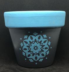 Decorated Flower Pots, Painted Flower Pots, Painted Pots, Mandala Painting, Rock Painting, Dyi Painting, Paint Garden Pots, Garden Art, Clay Pot Crafts