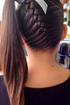 Cabelo trançado na raiz, que termina em um rabo para o lado da cabeça (Pinterest/Christina D'Alessandro)
