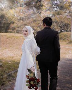 Muslimah Wedding Dress, Muslim Wedding Dresses, Wedding Hijab, Hijab Bride, Wedding Bride, Korean Wedding Photography, Wedding Couple Poses Photography, Couple Photoshoot Poses, Pre Wedding Poses