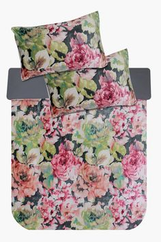 This plush duvet cover set has extra comfort and warmth for those cold nights. With a floral print, this luxurious duvet cover set will add a feminine touc