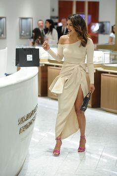 Priyanka Chopra spotted shopping at the Saks Fifth Avenue in New York City Indian Celebrities, Bollywood Celebrities, Bollywood Fashion, Priyanka Chopra Hot, Shraddha Kapoor, Ranbir Kapoor, Deepika Padukone, Beautiful Bollywood Actress, Celebrity Look