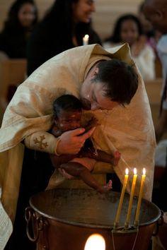 gyönyörű egy ölelés ennek a pici gyerekenek és kenyér a pap kezéből és jobban lesz és nagy mennyiségű szeretet kell neki. Mert az embert ő életeti