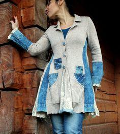 Jeans und Pullover recycelt Jacke Mantel. Hergestellt aus recycelten Jeans und Pullover. Hippie Boho Stil. Sie benötigen die Spitze unter der Jacke. Hosen perfekt. Form betont Körpers. Einzigartiges Design. Einer Art. Größe: M (Europäische 38)  Büste Linie max 36 Zoll (92 cm)  Taille: max 31 Zoll (80 cm)  Hüften frei, maximal 42 Zoll (107 cm)  Länge nicht dasselbe herum, ungefähr 35 Zoll (90 cm)