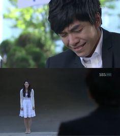 """Dae Woong se ha convertido en un actor famoso. Un día durante la filmación de su drama, recibe una llamada de Mi Ho: """"¿Dónde estás ahora?"""". Mi Ho: """"Te estoy mirando, justo ahorai"""". Dae Woong: """"Mi Ho, ¿dónde estás? ¡Sal! ¡Por favor! ¡¿Dónde diablos estás?!"""", la llamada se corta. Dae Woong corre buscándola, pero no la encuentra: """"¿No regresó? ¡Dijiste que los cielos se habían vuelto locos! ¡¿No debería regresar conmigo Mi Ho?! ¿Era una broma? No es justo"""" - My Girlfriend is a Gumiho, Episodio…"""