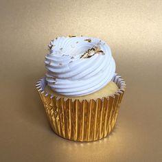 Y cerramos la semana con un • Lemon pie Cupcake • Buen finde para todos!! Pedidos  contacto@kekukis.com.ar #pastry #pastries #pasteleria #patisserie #pastrychef #cupcake #lemon #lemonpie #lemoncupcake #goldleaf #bake #bakery #buenosaires #bsas #instapic #instafood #meringue #delish #design #FoodStyling