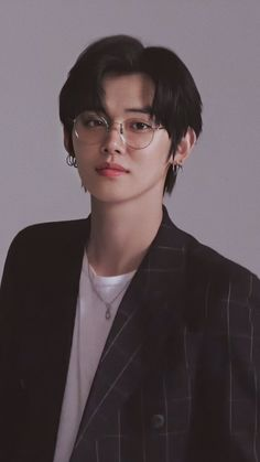 Omg Yeonjun is so hot with this glasses and this look Kpop, Foto Bts, Boyfriend Material, K Idols, Pretty Boys, Pretty Men, Photo Cards, Black Hair, Rapper