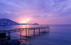 Lugares apartados de los círculos más turísticos pero con todo el encanto que se espera de este mar Mediterráneo de agua turquesa y calas blancas. Si no quieres que en tus fotos se cuelen al menos tres turistas asiáticos vídeo cámara en mano, ésta es tu ruta.